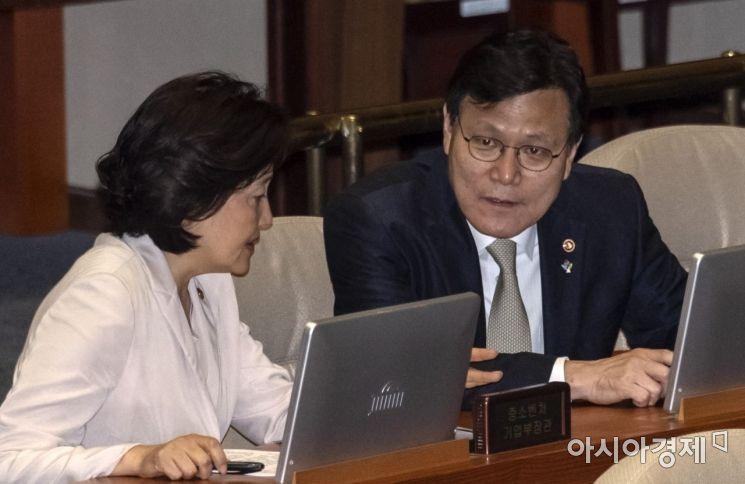 [포토] 이야기 나누는 박영선 장관·최종구 위원장