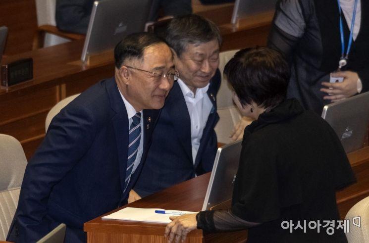 [포토] 이야기 나누는 홍남기 부총리·전혜숙 의원