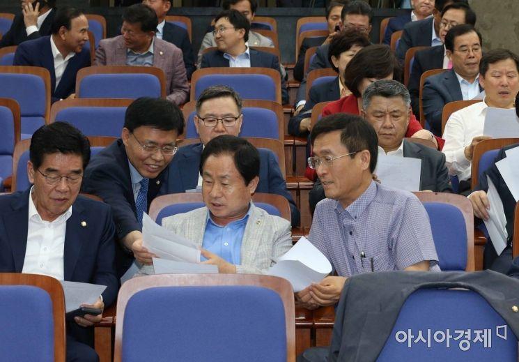 [포토] 국회 정상화 합의문 돌려보는 자유한국당