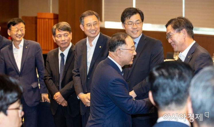 [포토]이대훈 NH농협은행장과 인사하는 홍남기 부총리