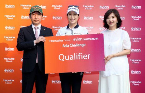 안시현(가운데)이 한화클래식-에비앙챔피언십 아시아챌린지에서 우승한 뒤 기념 촬영을 하고 있다. 사진=한화큐셀골프단
