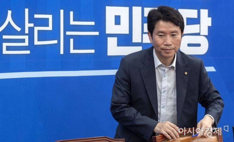 이인영 더불어민주당 원내대표가 25일 국회에서 열린 원내대책회의에 참석하고 있다./윤동주 기자 doso7@