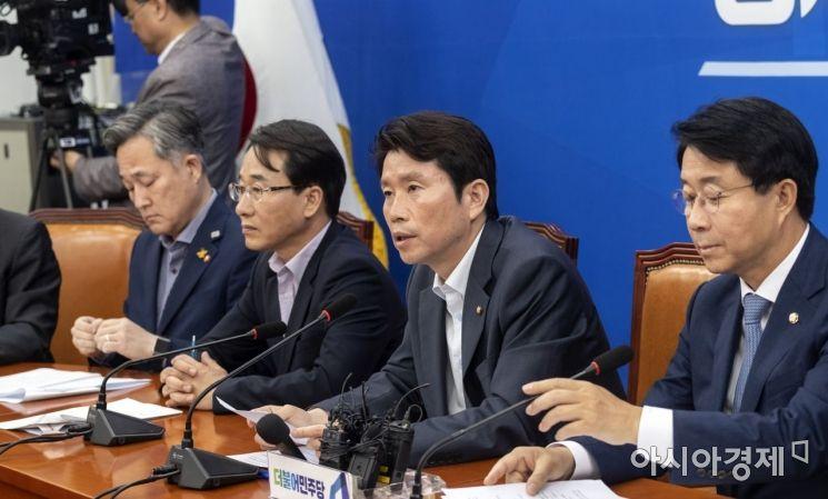 이인영 더불어민주당 원내대표가 25일 국회에서 열린 원내대책회의에 참석,모두 발언을 하고 있다./윤동주 기자 doso7@