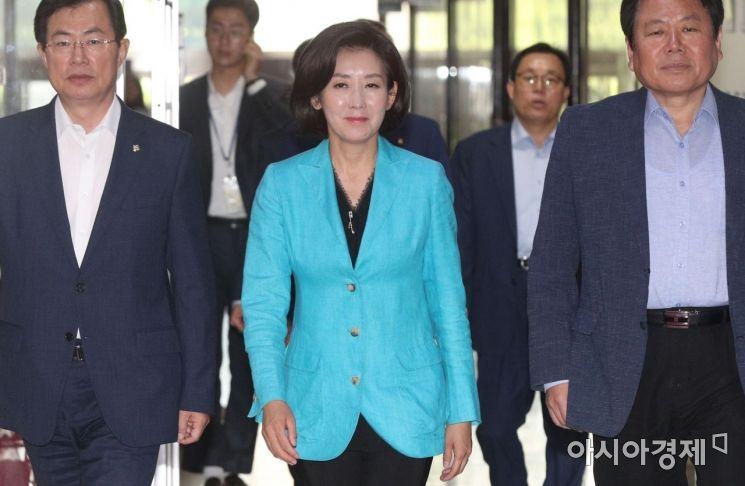 나경원 자유한국당 원내대표가 25일 국회 원내대표실을 나가고 있다./윤동주 기자 doso7@
