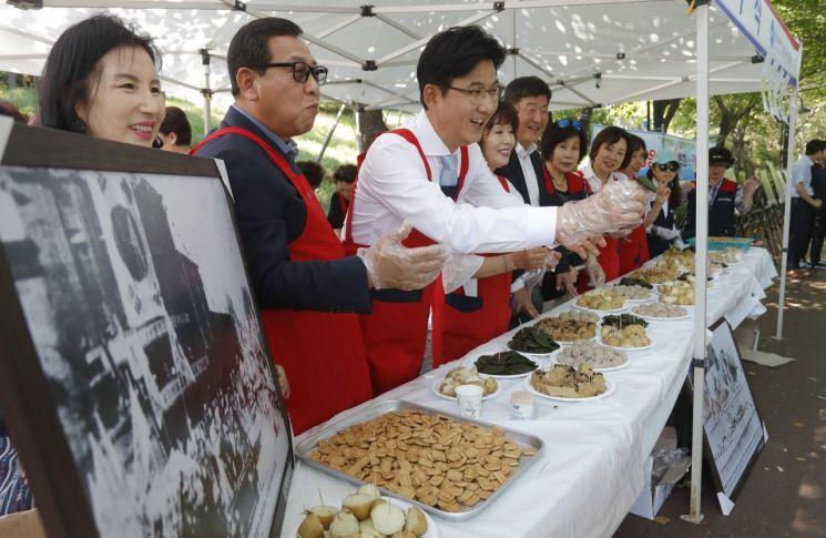 [포토]박성수 송파구청장, 6.25전쟁 음식체험 횅사 참석