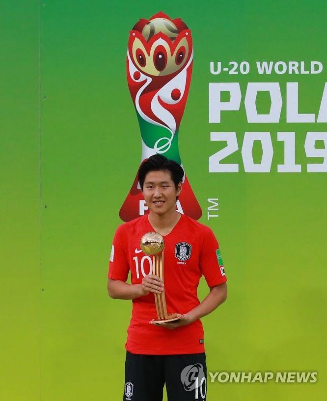 5일 오후(현지시간) 2019 국제축구연맹(FIFA) 20세 이하(U-20) 월드컵 한국과 우크라이나의 결승전 경기가 끝나고 열린 시상식에서 골든볼을 수상한 한국 이강인이 기념촬영을 하고 있다./사진=연합뉴스