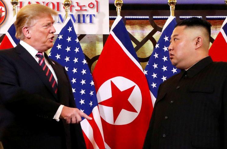 지난 2월27일 베트남 하노이 소재 메트로폴 호텔의 제2차 북·미정상회담 중 도널드 트럼프 미국 대통령(왼쪽)이 단독회담에 앞서 김정은 북한 국무위원장을 마주 보며 얘기하는 모습. <사진=로이터연합>