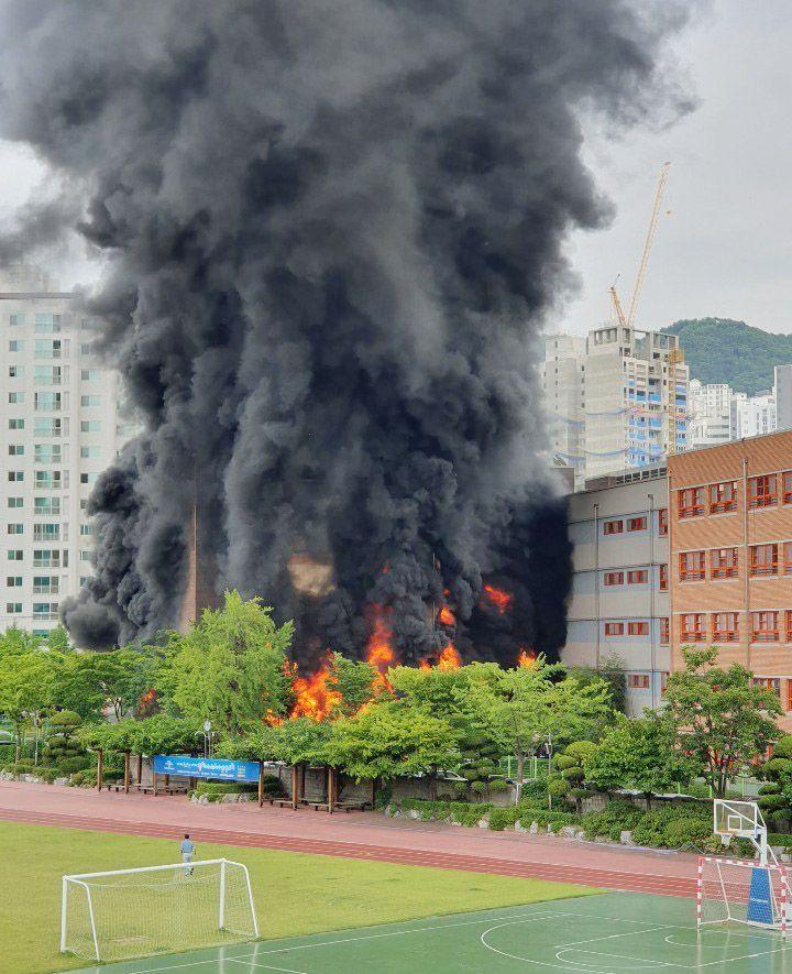 지난 6월26일 오후 서울 은평구 은명초등학교에서 화재가 발생해 건물이 불타고 있다. [이미지출처=연합뉴스]