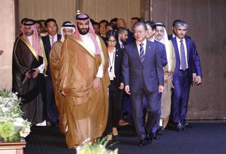 문재인 대통령과 무함마드 빈 살만 사우디아라비아 왕세자 겸 부총리가 26일 오후 신라호텔에서 열린 '에쓰오일(S-OIL) 복합 석유화학시설 준공기념식'에 입장하고 있다.  사진=연합뉴스