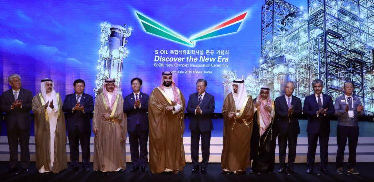문재인 대통령과 무함마드 빈 살만 사우디아라비아 왕세자 겸 부총리가 26일 오후 신라호텔에서 열린 '에쓰오일(S-OIL) 복합 석유화학시설 준공기념식'에서 참석자들과 기념촬영을 하고 있다.  사진=연합뉴스