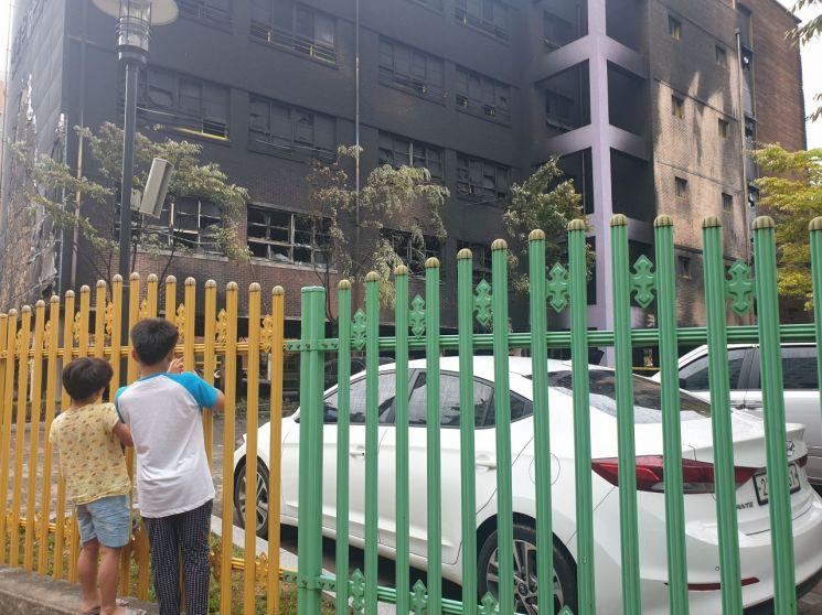 27일 오전 8시께 서울 은평구 은명초등학교. 전날 화재로 휴교령이 내려진 가운데 은명초 학생들이 학교를 찾아 까맣게 타버린 화재현장을 바라보고 있다. 사진=유병돈 기자 tamond@