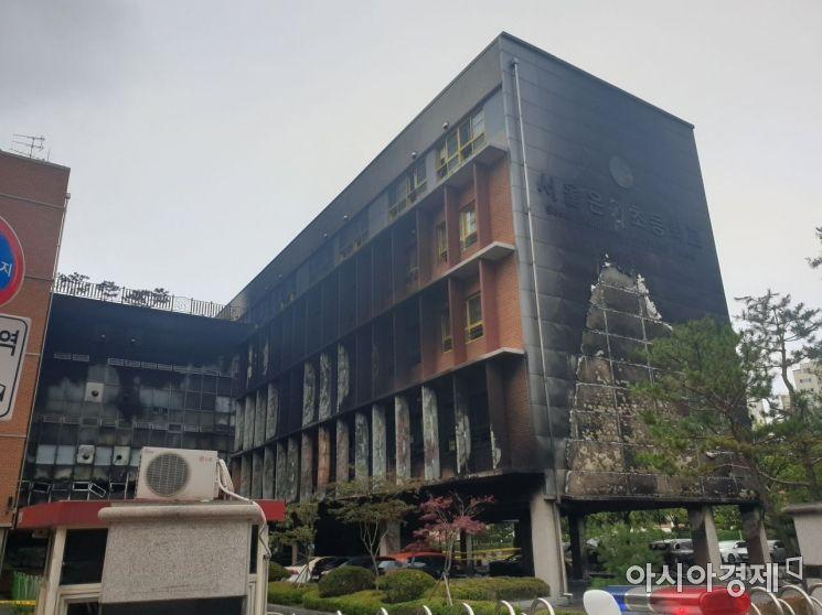27일 오전 8시 30분께 서울 은평구 은명초등학교. 전날 화재로 휴교령이 내려진 가운데 평소 등교하는 아이들로 붐볐을 학교 정문이 굳게 닫혀 있다. 사진=유병돈 기자 tamond@