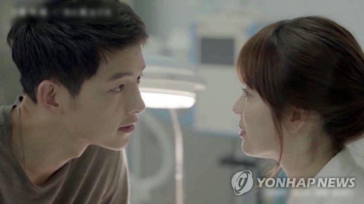 드라마 '태양의 후예'서 연인 관계로 발전한 배우 송중기와 송혜교/사진=연합뉴스