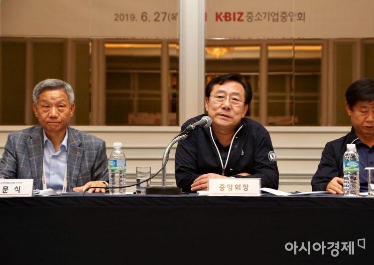 김문식 한국주유소운영업협동조합 이사장과 김기문 중기중앙회장