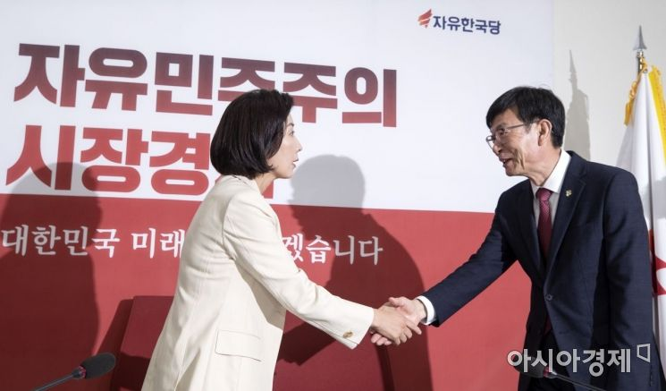 [포토] 자유한국당 찾은 김상조 신임 정책실장