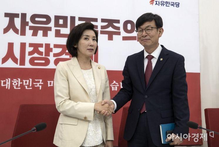 [포토] 인사 나누는 김상조·나경원
