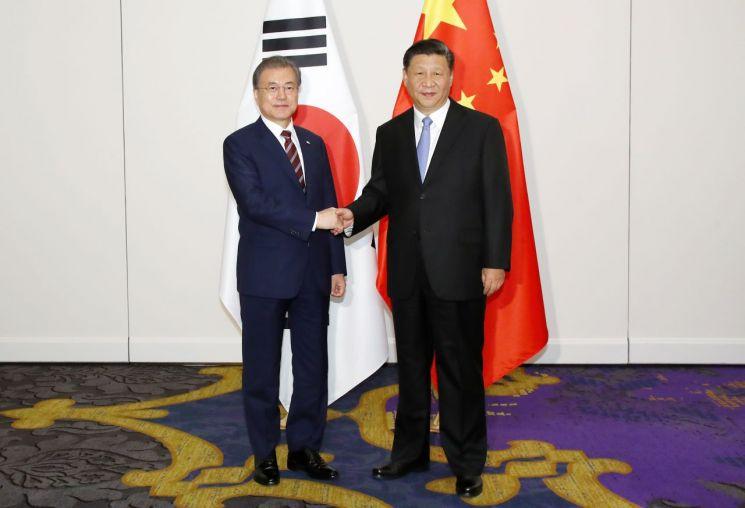 문재인 대통령이 27일 오후 오사카 시내 웨스틴호텔에서 시진핑 중국 국가주석과 정상회담에 앞서 악수하고 있다.  사진=연합뉴스