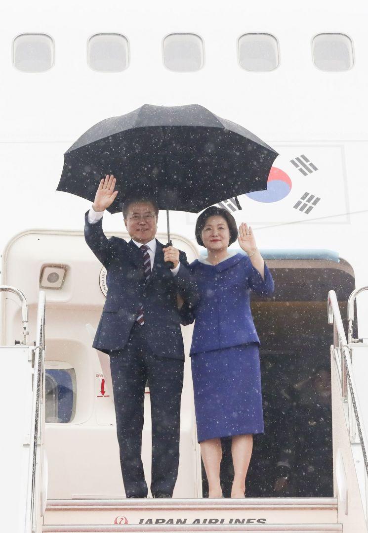 주요20개국(G20) 정상회의에 참석하기 위해 오사카를 방문한 문재인 대통령과 김정숙 여사가 27일 오후 오사카 간사이 국제공항에 도착한 공군 1호기에서 손을 흔들고 있다. 사진=연합뉴스