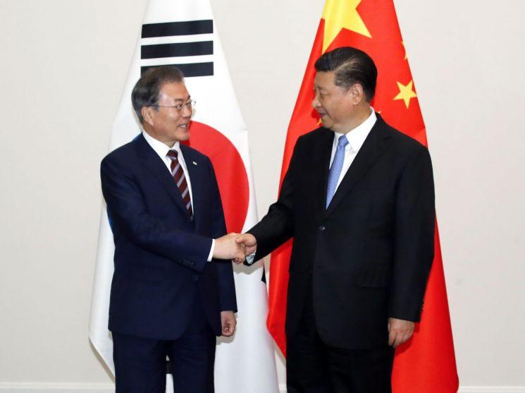 문재인 대통령이 27일 오후 오사카 시내 웨스틴호텔에서 시진핑 중국 국가주석과 정상회담을 하기에 앞서 악수하고 있다.  사진=연합뉴스