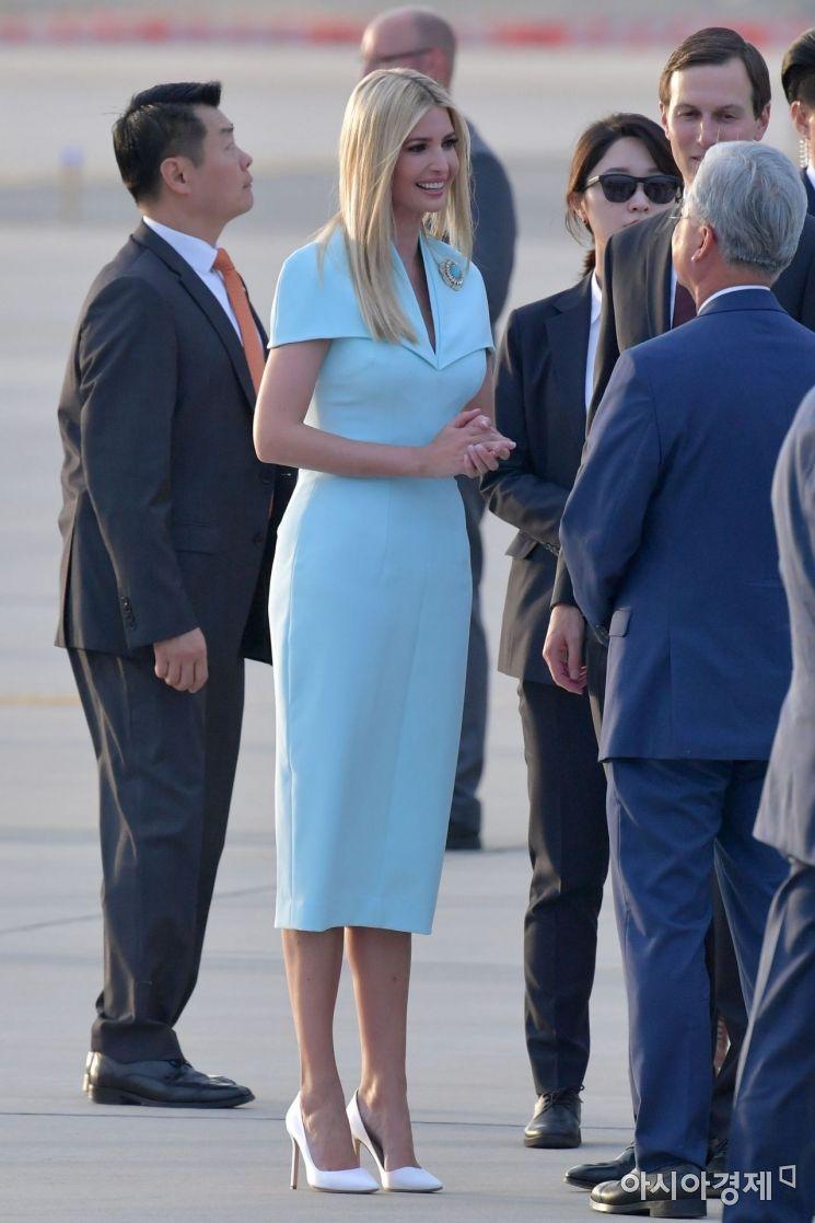 도널드 트럼프 미국 대통령의 딸 이방카가 29일 오후 경기도 오산 미 공군기지를 통해 입국하고 있다./오산=사진공동취재단