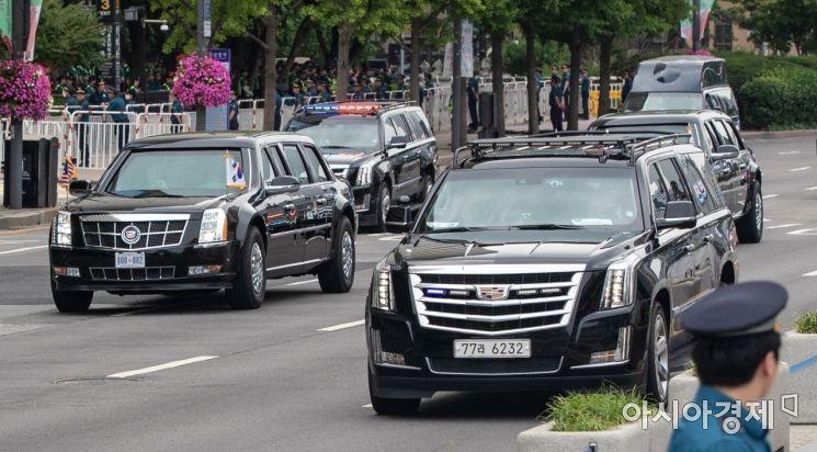 도널드 트럼트 미국 대통령이 탑승한 차량이 30일 서울 종로구 세종로를 지나 청와대로 이동하고 있다./강진형 기자aymsdream@