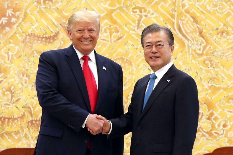 문재인 대통령과 도널드 트럼프 미국 대통령이 30일 오전 청와대에서 열린 정상회담에 앞서 웃으며 악수하고 있다.  사진=연합뉴스