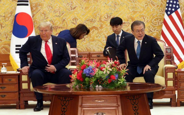 문재인 대통령과 도널드 트럼프 미국 대통령이 30일 청와대 정상회담장을 하기 위해 자리에 앉고 있다.  사진=연합뉴스