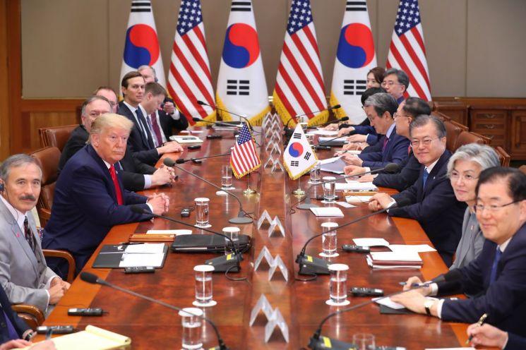 문재인 대통령과 도널드 트럼프 미국 대통령이 30일 청와대에서 열린 한미정상회담 도중 기념 촬영을 하고 있다. 사진=연합뉴스