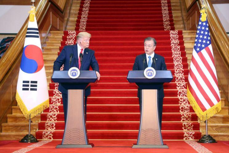 문재인 대통령과 도널드 트럼프 미국 대통령이 30일 오후 청와대에서 공동기자회견을 하고 있다.