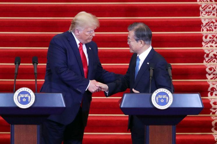 문재인 대통령과 도널드 트럼프 미국 대통령이 30일 오후 청와대에서 열린 공동기자회견에서 악수하고 있다. <사진=연합뉴스>