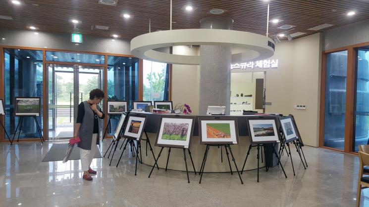 화순군은 지난 29일 천불천탑사진문화관에서 '2019 호남사진 아카데미 사진전'을 개막했다. 사진=화순군