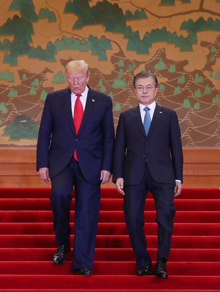 문재인 대통령과 도널드 트럼프 미국 대통령이 30일 오후 청와대에서 열린 공동기자회견에  입장하고 있다. <사진=연합뉴스>