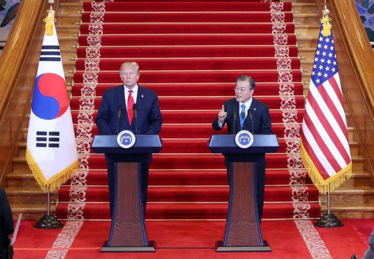 문재인 대통령이 30일 오후 청와대에서 도널드 트럼프 미국 대통령과 공동기자회견 중 기자의 질문에 답하고 있다. <사진=연합뉴스>
