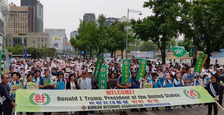"""[포토] 향군 """"트럼프 방한 환영""""…도심 찬반집회 계속"""