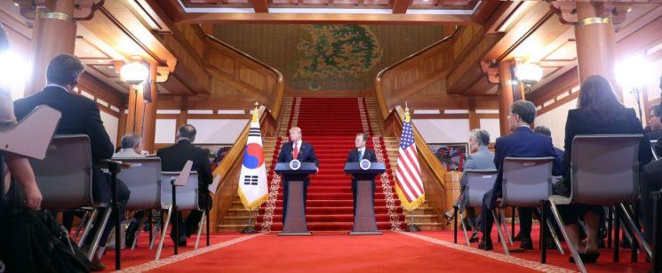 문재인 대통령과 도널드 트럼프 미국 대통령이 30일 오후 청와대에서 공동기자회견 중 기자의 질문을 듣고 있다.