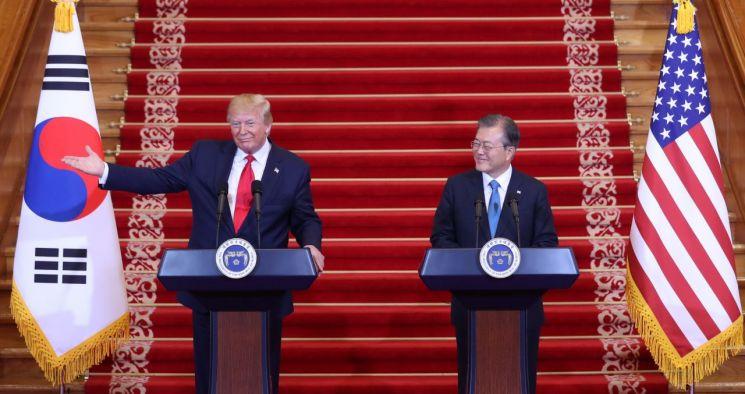 문재인 대통령과 도널드 트럼프 미국 대통령이 30일 오후 청와대에서 공동기자회견을 하고 있다.  <사진=연합뉴스>