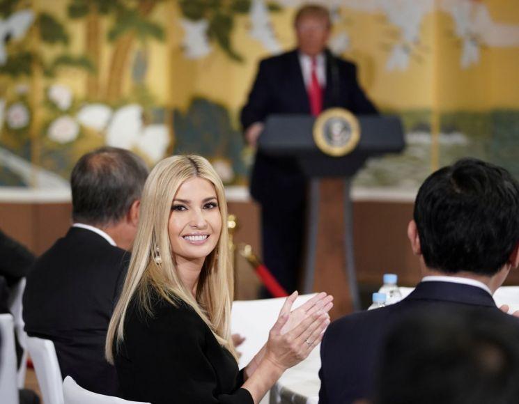 방한중인 도널드 트럼프 미국 대통령(가운데)의 30일 한국 기업지도자들과의 모임에서 이방카 트럼프 백악관 보좌관이 뒤돌아 보며 박수치고 있다. [이미지출처=연합뉴스]