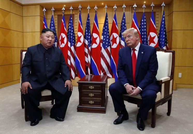 도널드 트럼프 미국 대통령과 북한 김정은 국무위원장이 지난달 30일 오후 판문점 자유의 집에서 만나고 있다. (사진=연합뉴스)