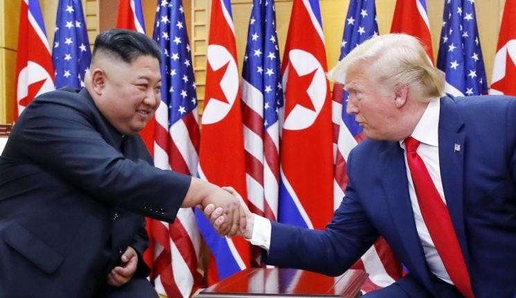 도널드 트럼프 미국 대통령이 30일 오후 판문점을 방문해 자유의 집에서 김정은 북한 국무위원장과 대화에 앞서 악수하고 있다. <사진=연합뉴스>