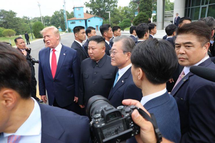 문재인 대통령이 30일 오후 도널드 트럼프 미국 대통령과 판문점을 방문해 김정은 북한 국무위원장을 만나고 있다.  사진=연합뉴스