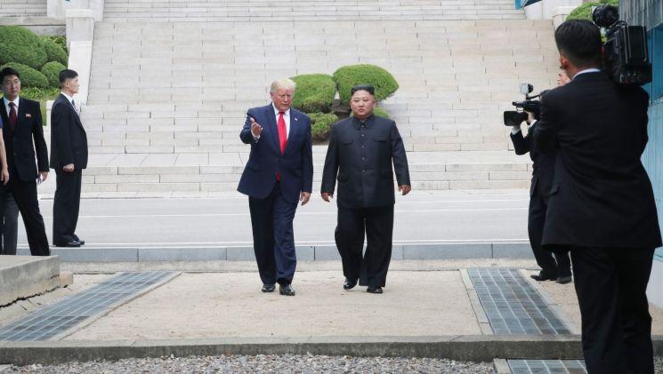 도널드 트럼프 미국 대통령과 북한 김정은 국무위원장이 30일 오후 판문점 군사분계선 북측 지역에서 만나 인사한 뒤 남측 지역으로 향하고 있다. (사진=연합뉴스)
