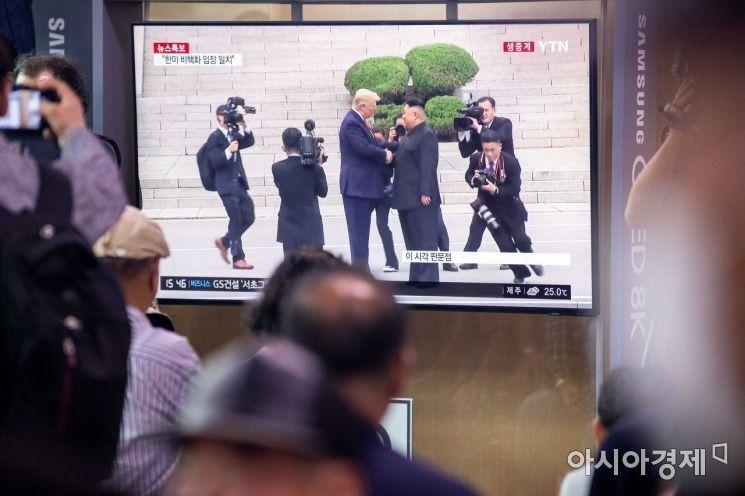 [포토]판문점 북측 지역서 악수하는 김정은 위원장-트럼프 대통령