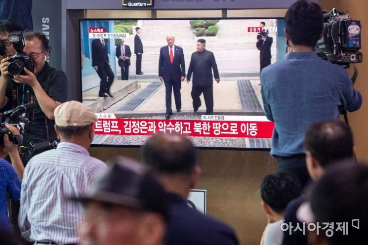 [포토]판문점 군사분계선 넘는 김정은 위원장
