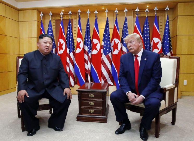 도널드 트럼프 미국 대통령과 북한 김정은 국무위원장이 30일 오후 판문점 자유의 집에서 만나 대화하고 있다. [이미지출처=연합뉴스]