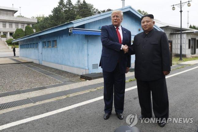 30일 오후 비무장지대(DMZ) 내 판문점에서 만난 도널드 트럼프(왼쪽) 미국 대통령과 김정은 북한 국무위원장 / 사진 = 연합뉴스