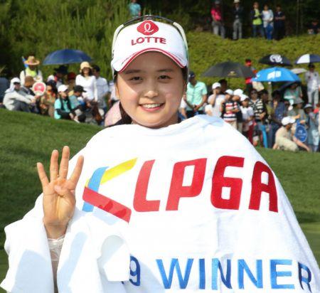 최혜진이 용평리조트오픈 우승 직후 기념 촬영을 하고 있다. 사진=KLPGA