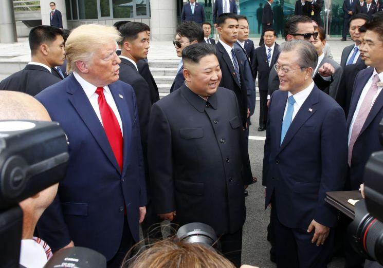 문재인 대통령(오른쪽부터), 김정은 북한 국무위원장, 도널드 트럼프 미국 대통령이 30일 오후 판문점 남측 자유의 집 앞에서 만나 얘기를 나누고 있다. [이미지출처=연합뉴스]