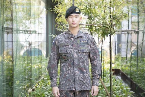 """김수현 전역 """"내년에 작품으로 만나요""""…도경수 입대(종합)"""