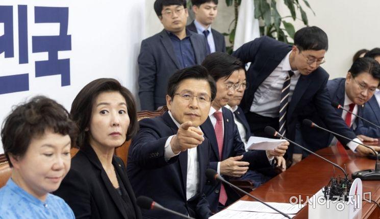 [포토] 회의실 둘려보는 황교안 대표