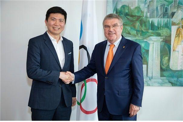 유승민 IOC 선수위원(왼쪽)이 토마스 바흐 IOC 위원장과 악수하고 있다.[사진=IOC 홈페이지]